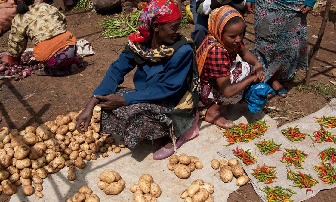 Marktfrauen mit Kartoffeln und Chilli