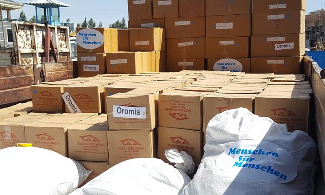 Viele Kisten mit MfM Logo stapeln sich