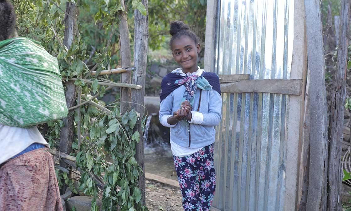 Ein äthiopisches Mädchen lächelt in die Kamera.
