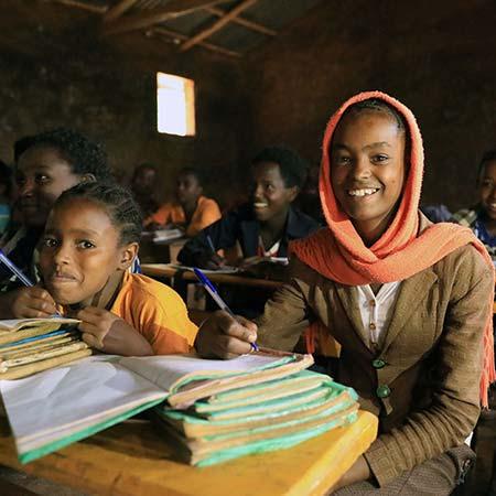 Zwei Mädchen in einem dunklen Klassenzimmer