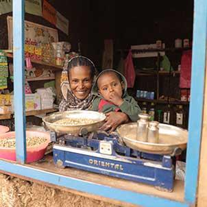 Eine Frau und ein Kind sind in einem Laden