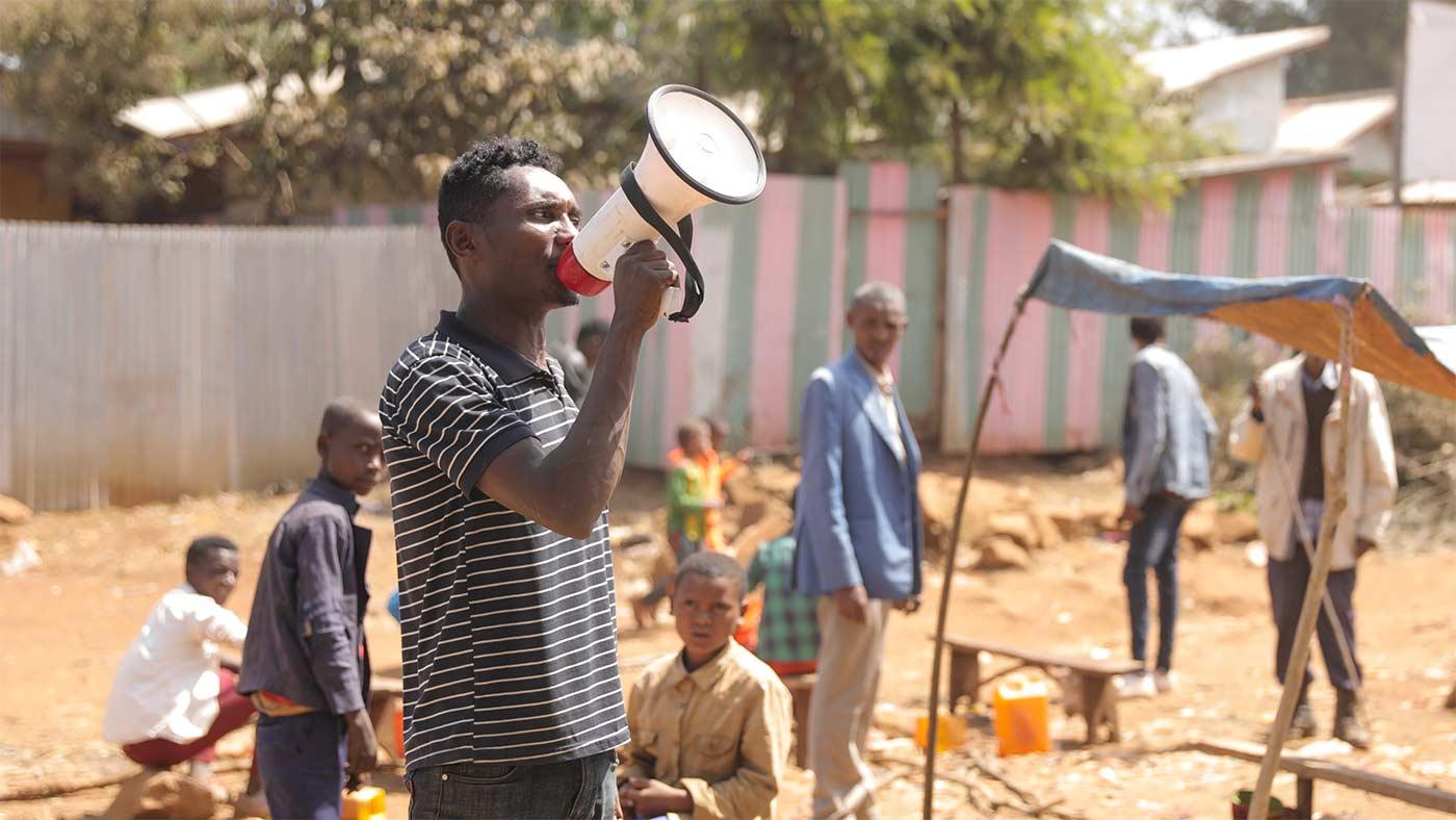 Mann in Äthiopien am Marktplatz mit Megaphon