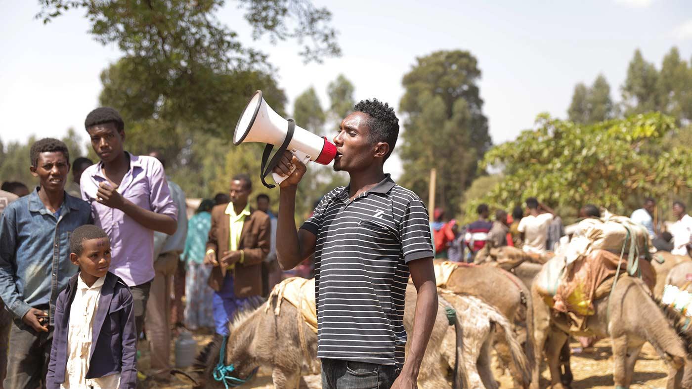 Mann in Äthiopien auf dem Marktplatz mit Megafon