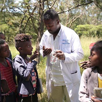 Arzt verabreicht Kindern Medikament gegen Wurmerkrankungen in Äthiopien