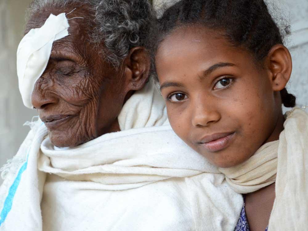Alte Frau nach Augen Operation mit jungem Mädchen