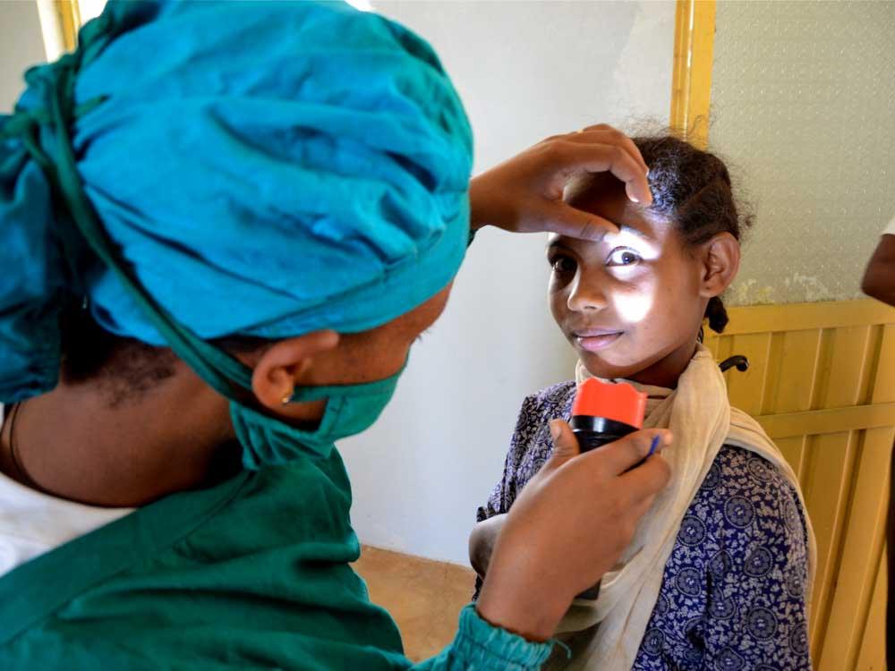 Augen eines jungen äthiopischen Mädchens werden untersucht