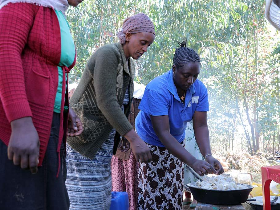 Frauen kochen Pilze