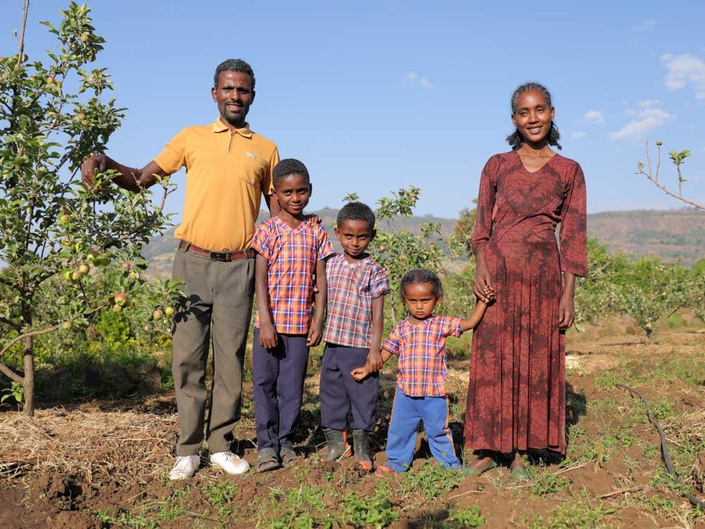 Äthiopische Familie auf ihrem Obst und Gemüsefeld