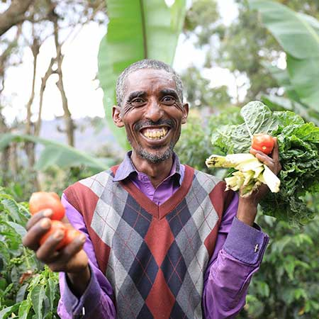 Ein Mann hält Gemüse