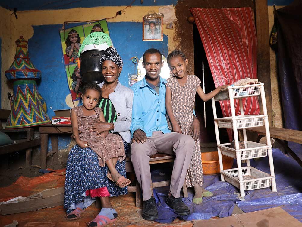 Äthiopische Familie mit zwei Kindern sitzt in ihrem Haus