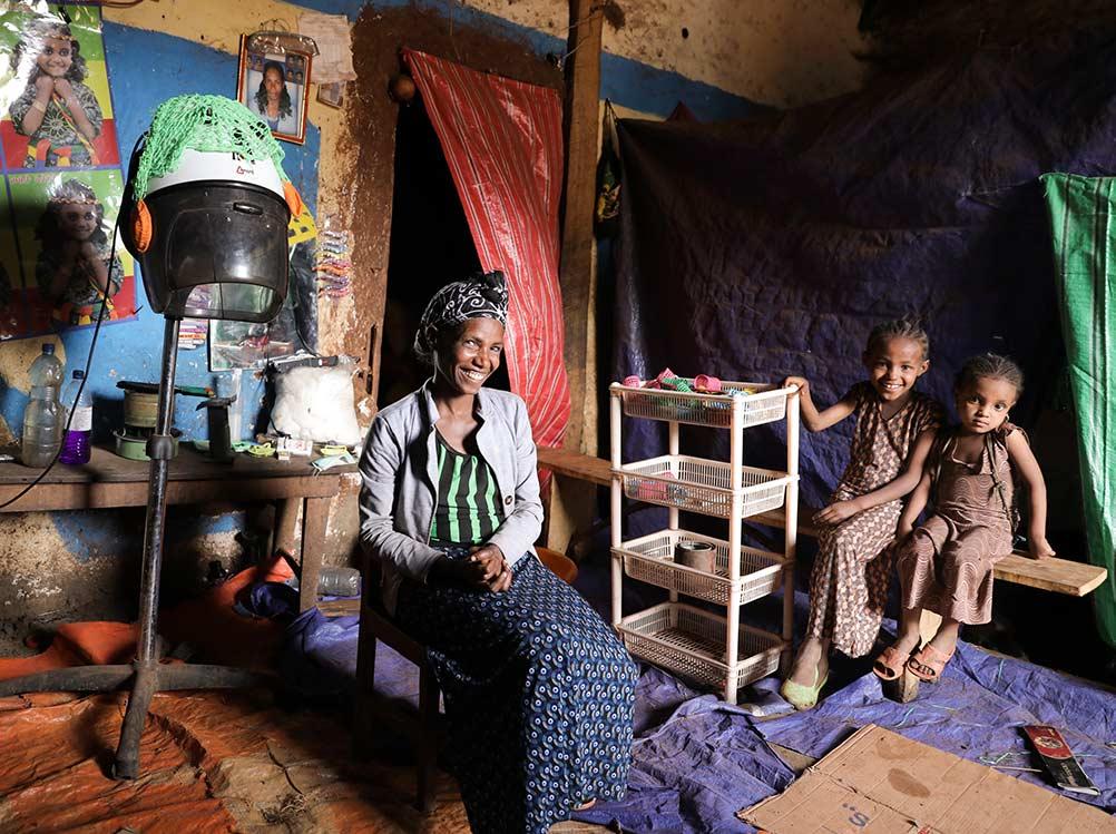 Friseurin in Äthiopien in ihrem Salon mit Trockenhaube