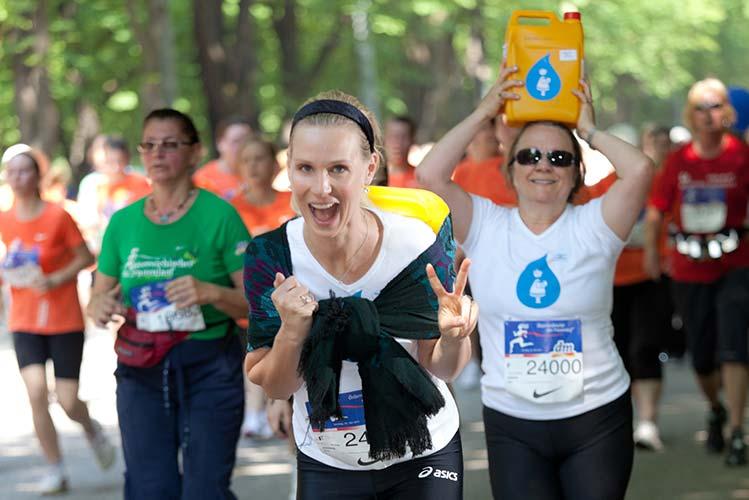 Frauen laufen einen Marathon zu wohltätigem Zweck
