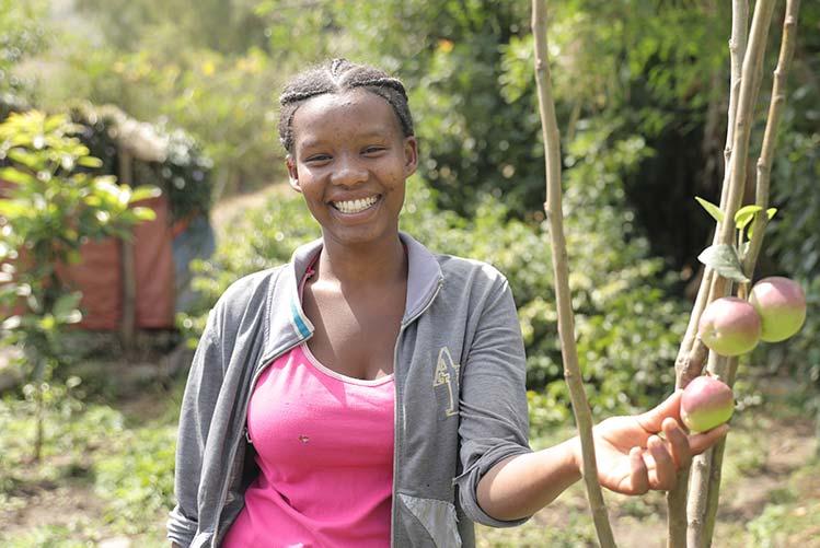 Junge Frau in Äthiopien mit Apfelbaum