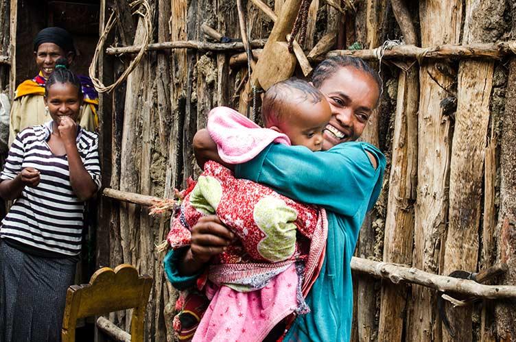 Äthiopische Frau mit Kleinkind im Arm