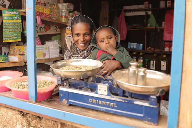 Äthiopische Frau mit ihrem Kleinkind in ihrem eigenen Geschäft