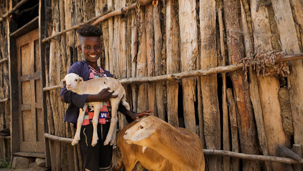 Junge mit Ziegen in Äthiopien