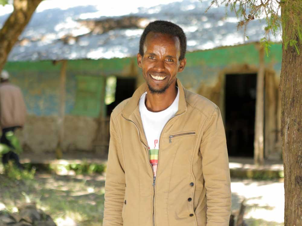 Äthiopischer Schuldirektor steht vor seiner Schule