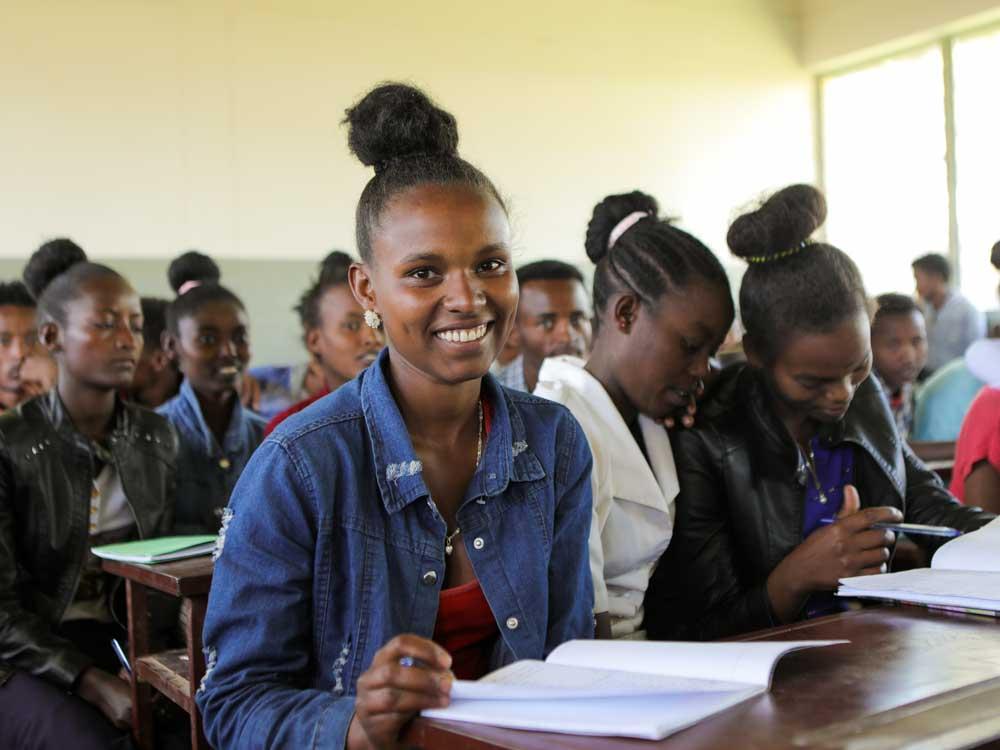 Jugendliche in einer modernen äthiopischen Schule lachen