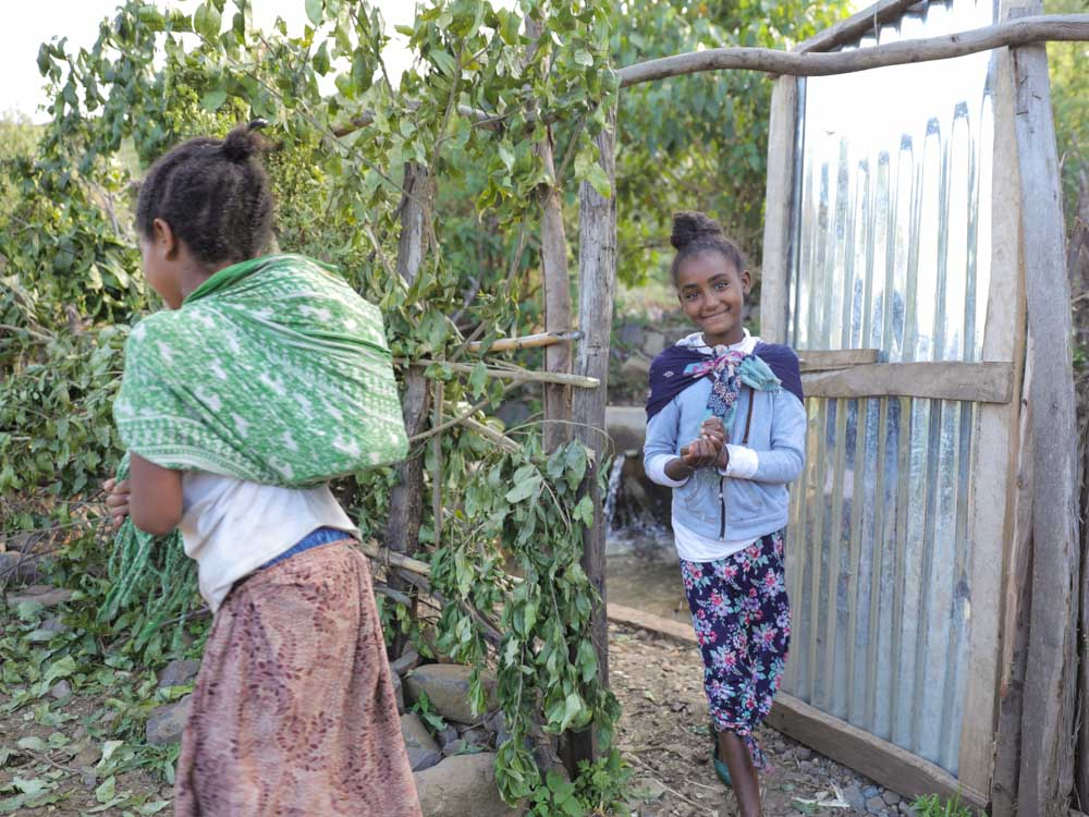 Zwei äthiopische Mädchen verlassen ihr Haus in der Früh