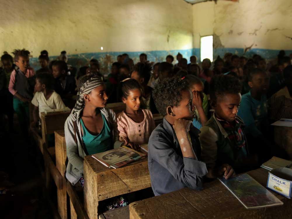 Kinder in einer dunklen äthiopischen Schule konzentrieren sich