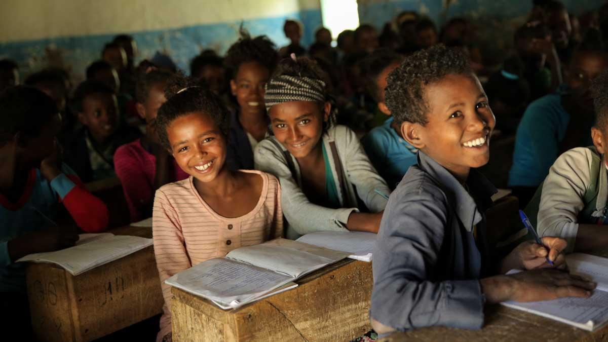 Kinder in einer dunklen äthiopischen Schule lachen