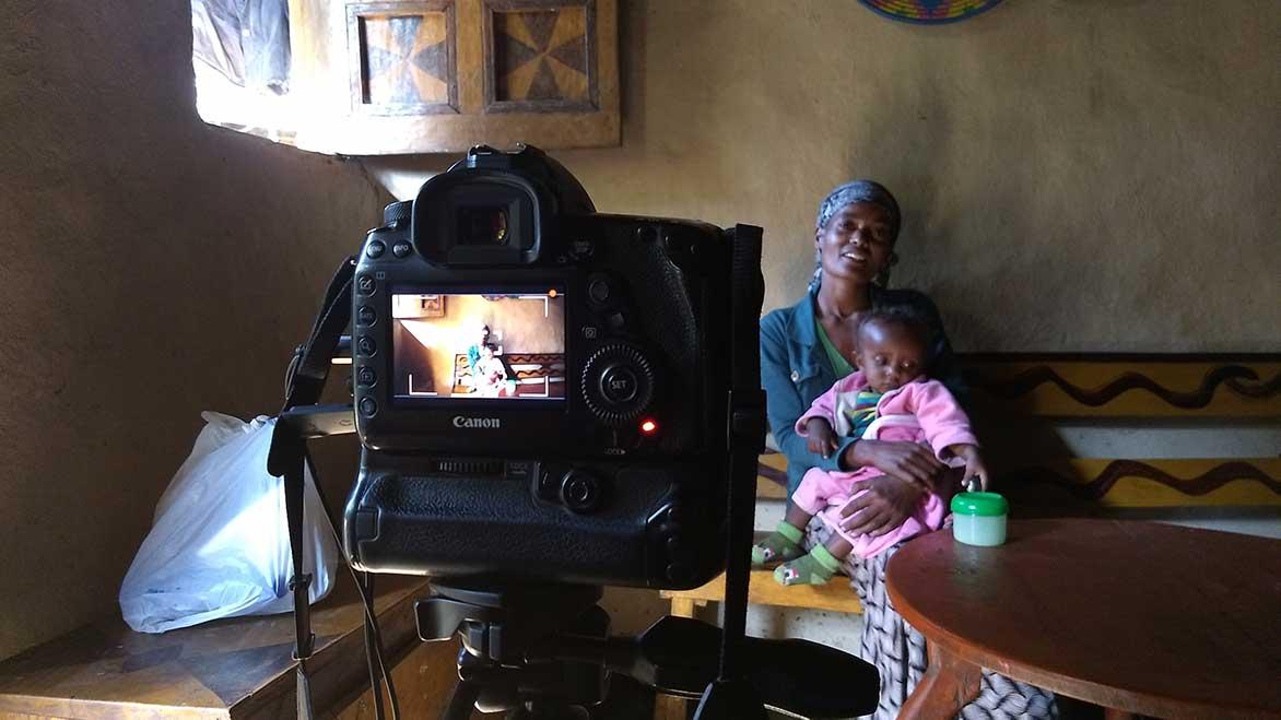Mutter mit Kind in Äthiopien werden fotografiert