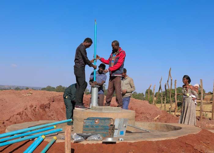 Männer in Äthiopien bauen einen Brunnen