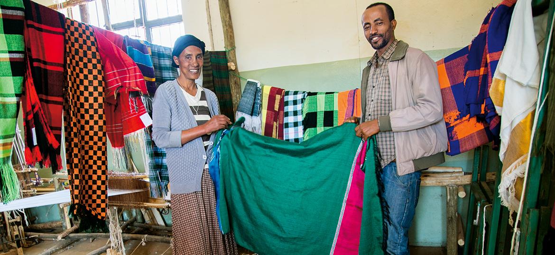 Eine Frau und ein Mann halten ein Tuch.