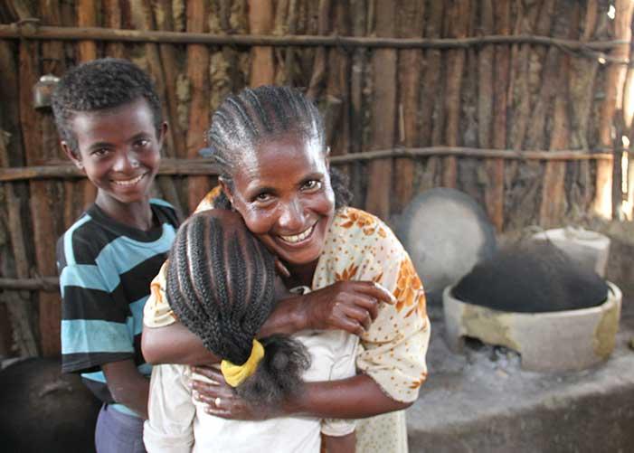 Frau in Äthiopien mit zwei Kindern umarmt ihre Tochter