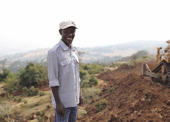 Äthiopischer Mann mit Bulldozer beim Straßenbau