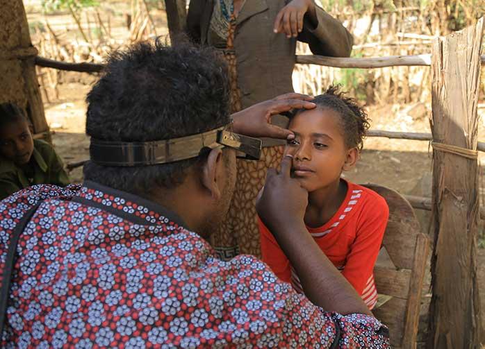 Doktor in Äthiopien untersucht Kind auf Augenkrankheit