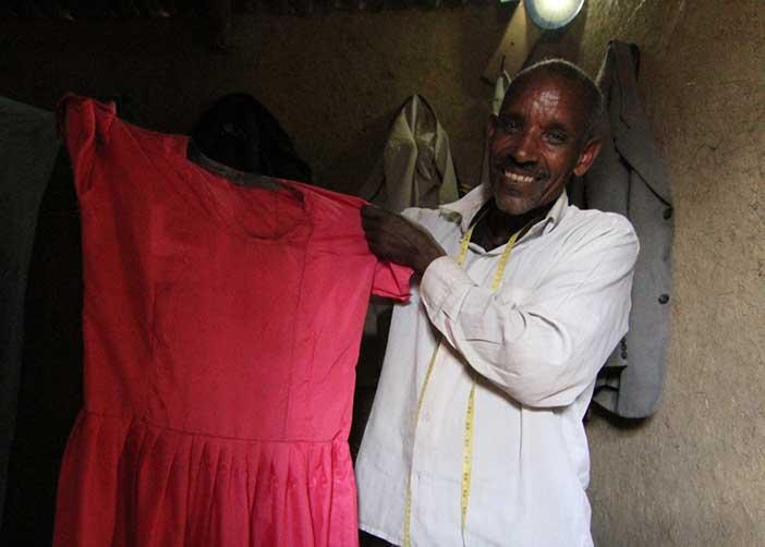 Mann mit selbst hergestelltem Kleid in Äthiopien