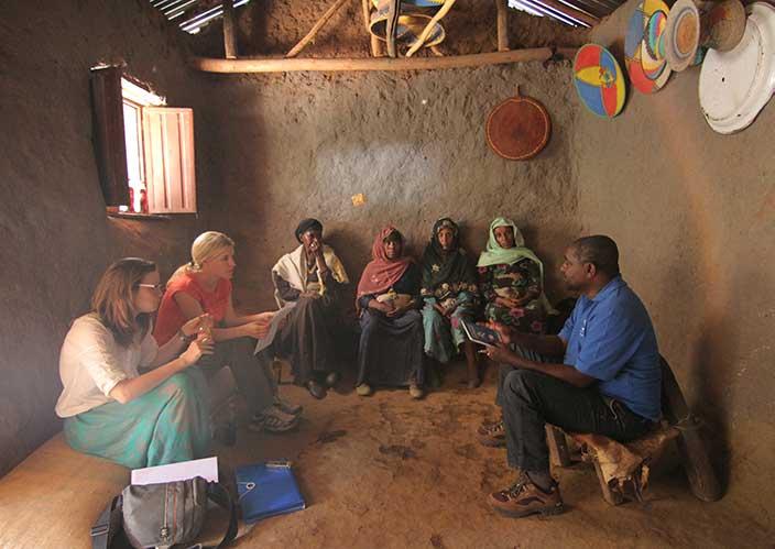Olivia Rauscher sitzt mit Gruppe in Äthiopien bei Nachhaltigkeitsstudie