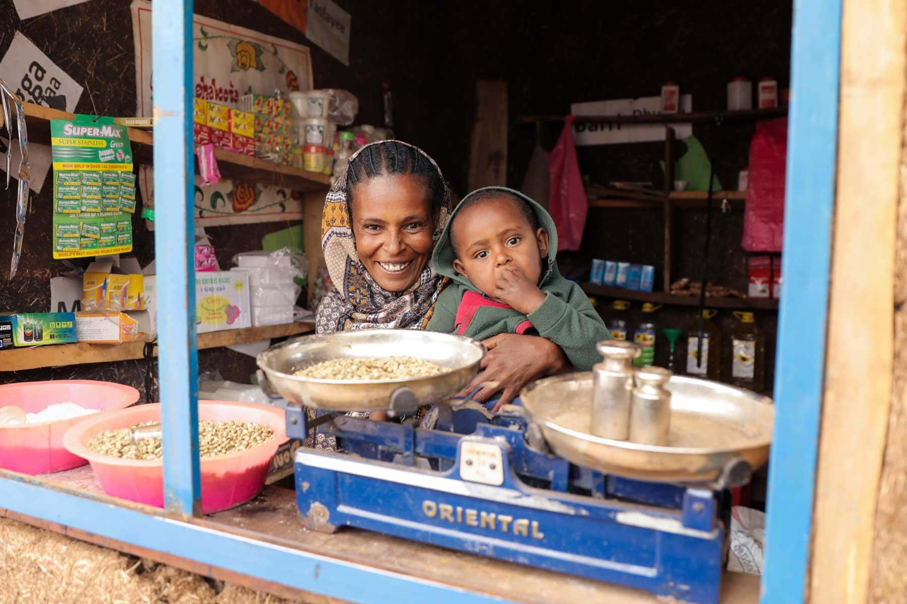 Frau mit Kind in eigenem Geschäft in Äthiopien