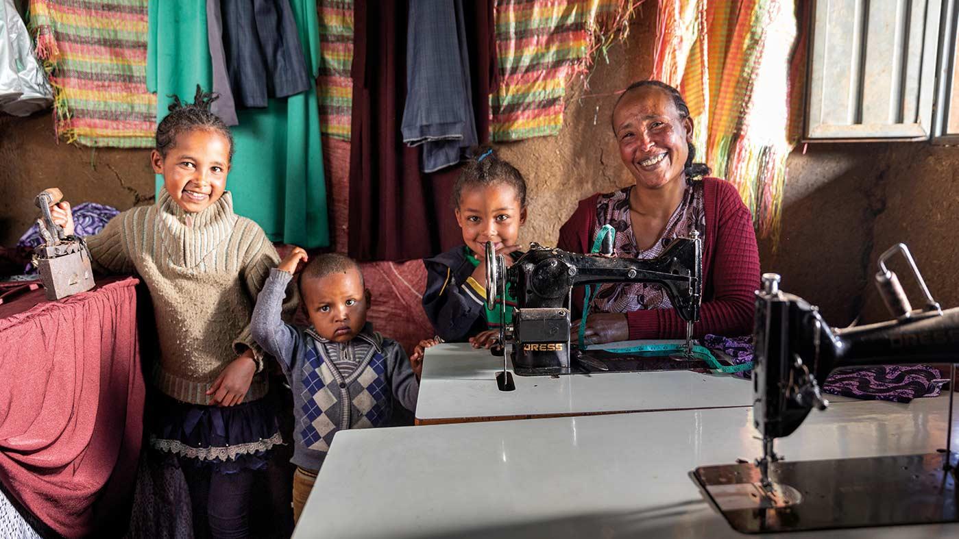 Frau mit ihrem kleinen Kind in ihrem eigenen laden in Äthiopien