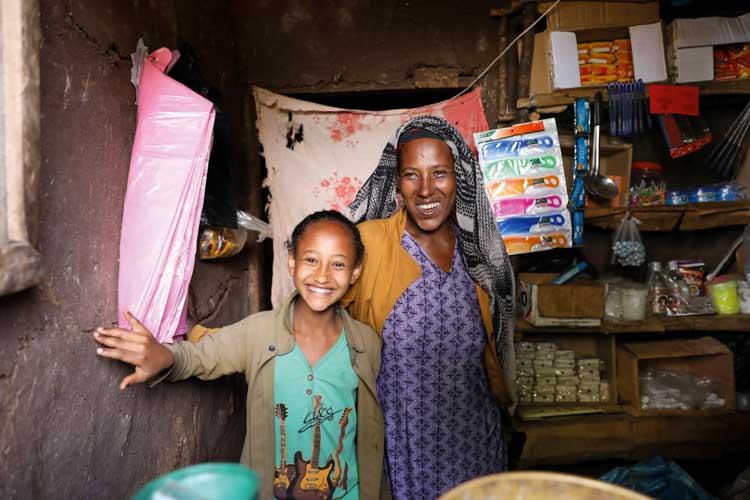 Mutter und Tochter stehen in einem ihrem Laden