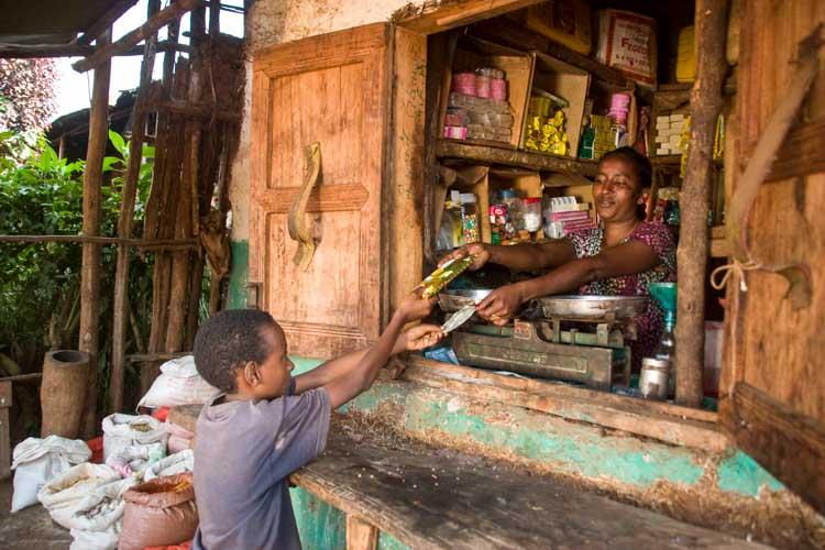 Junge kauft Süßigkeit in einem Laden in Äthiopien