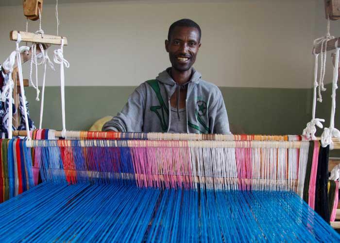 Mann in Äthiopien bei einem Webkurs