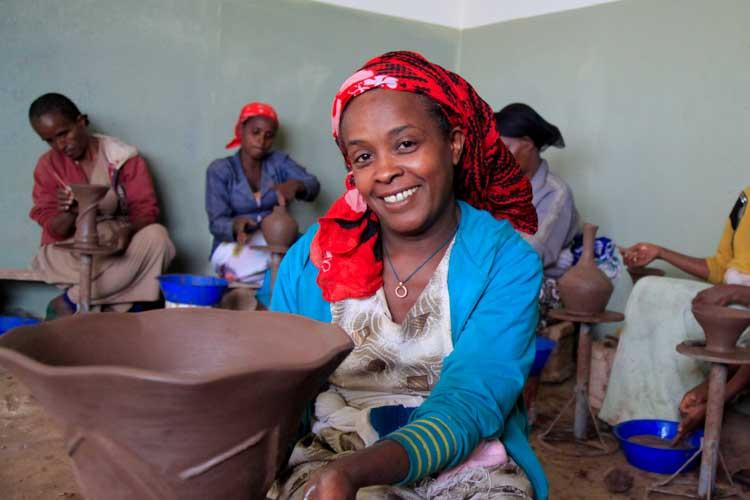 Frauen in Äthiopien töpfern in einem Kurs