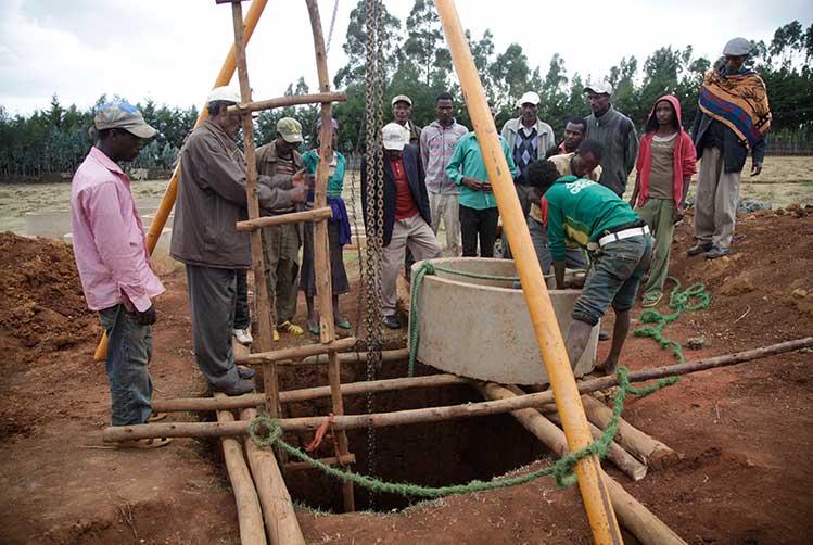 Männer in Äthiopien beim Brunnenbau