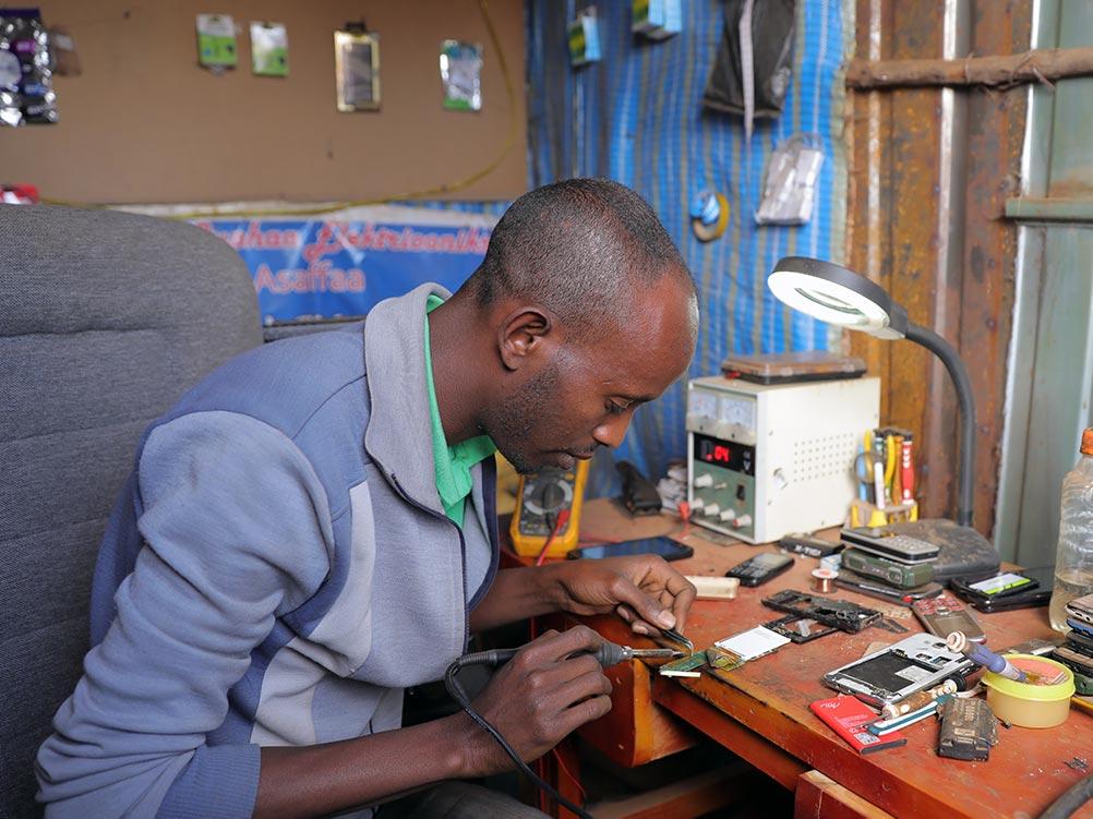 Ein Mann repariert ein Handy