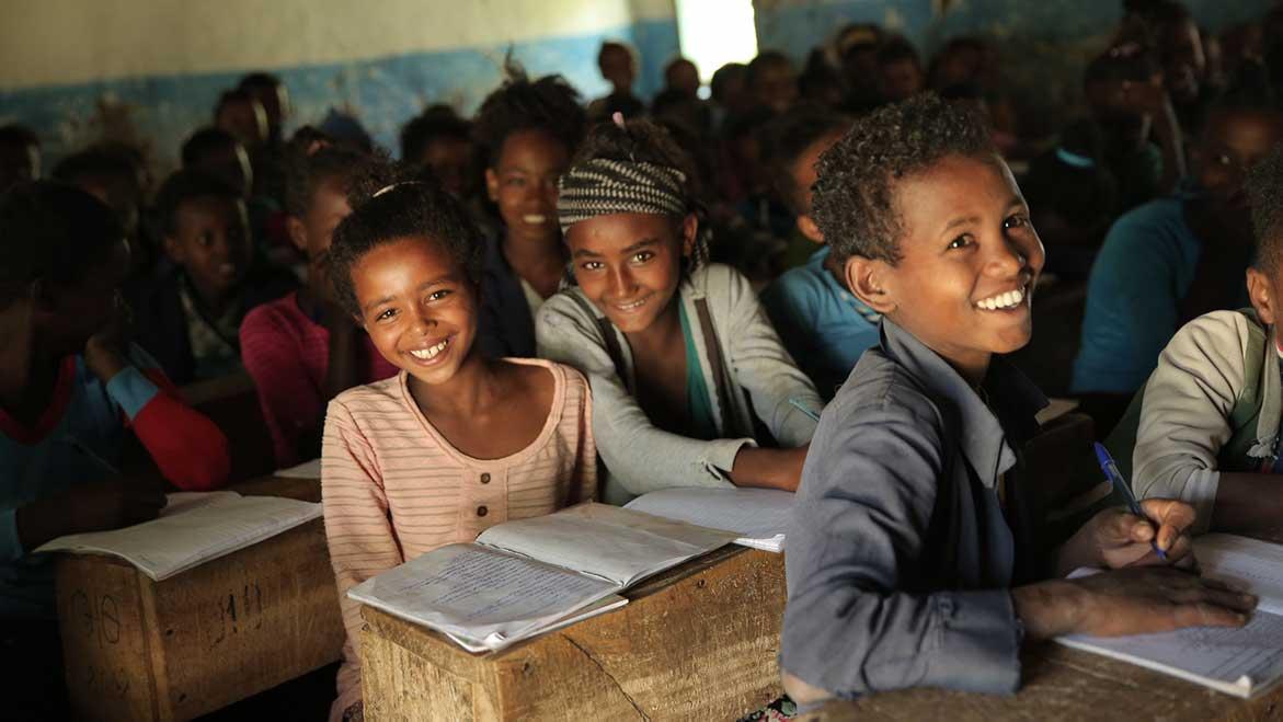 Junge Kindern in neuer Schule in Äthiopien beim Unterricht