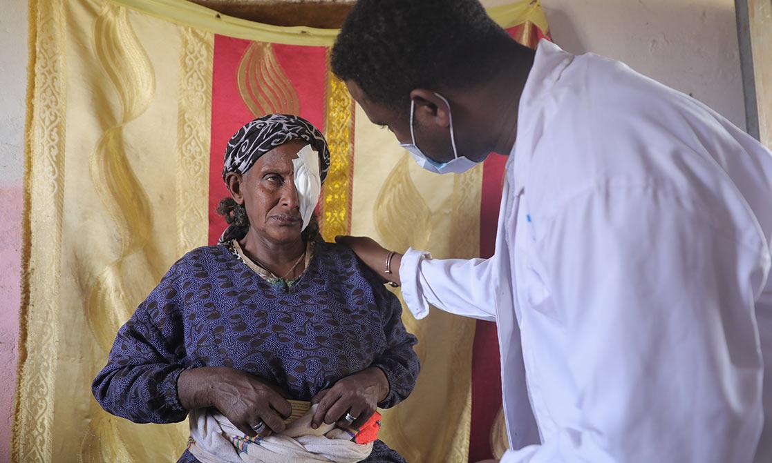 Arzt kümmert sich um Patientin nach Augenoperation