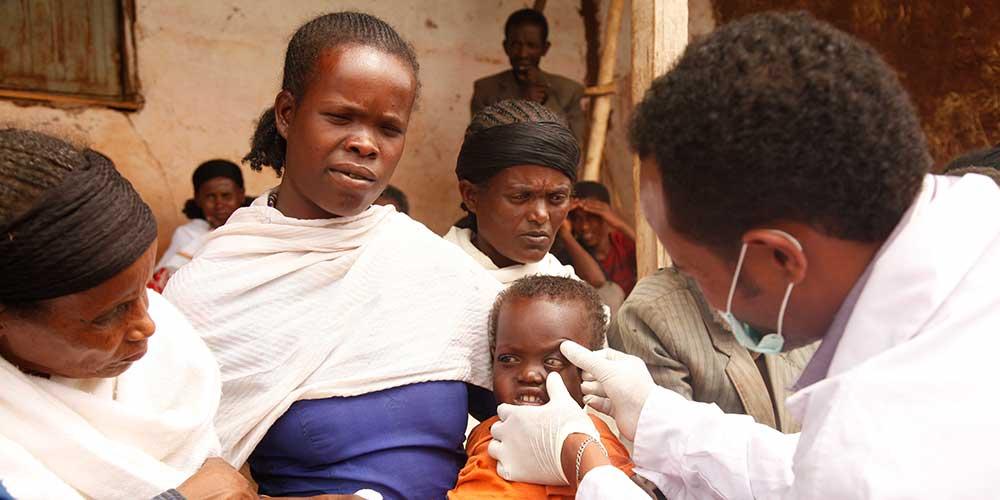 Augen eines erkrankten Kindes in Äthiopien werden untersucht