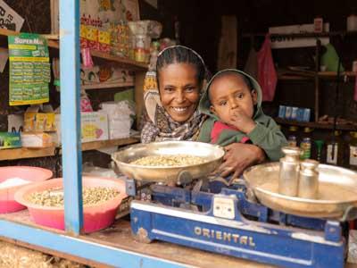 Mutter mit Sohn sitzen in ihrem eigenen Geschäft in Äthiopien
