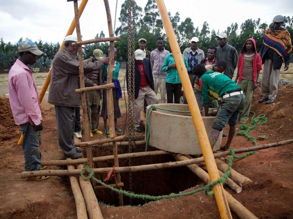 Männer in Äthiopien beim Bau eines Brunnens
