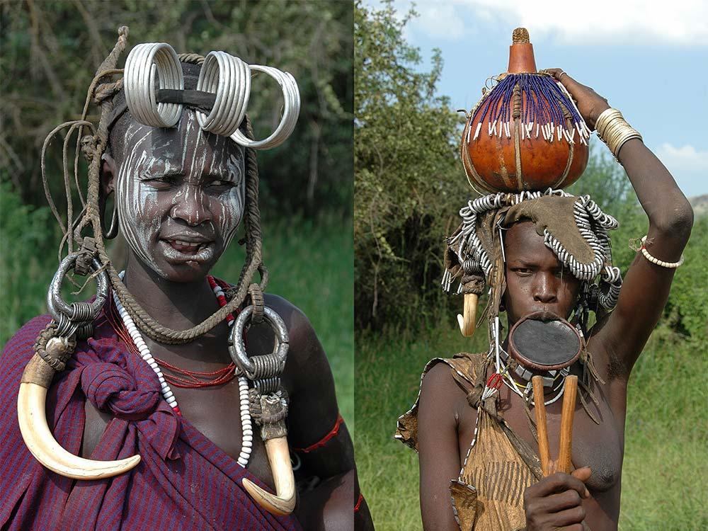 Zwei traditionell geschmückte Frauen in Äthiopien