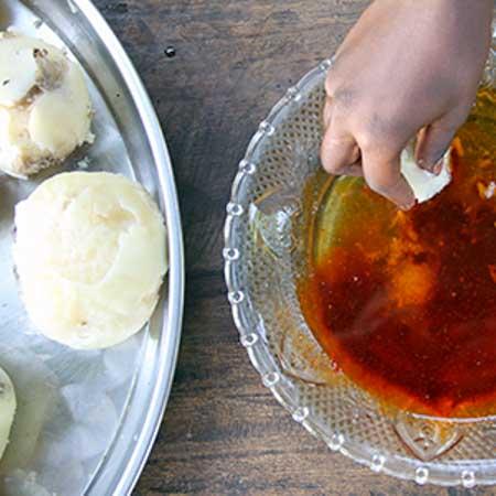 Eine Hand hält Butter über eine Schüssel.