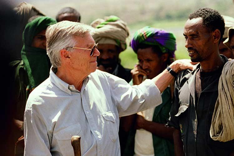 Karlheinz Böhm mit Hand auf Schulter von Mann in Äthiopien