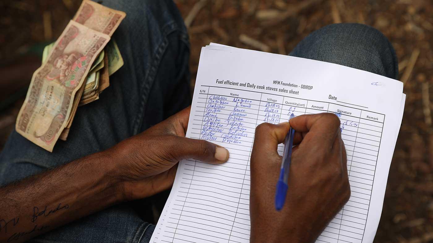 Mitarbeiter von Menschen für Menschen führt Buch über Ausgaben im Projekt